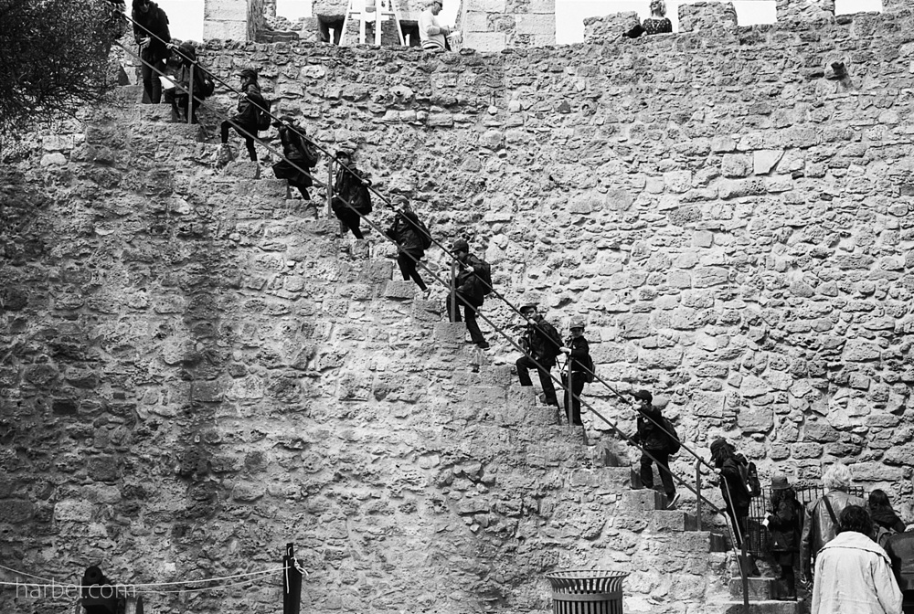 Harbel Photography, The Many - Boy scouts on the wall. Boy Scout troop scaling the wall. Vera Fotografia