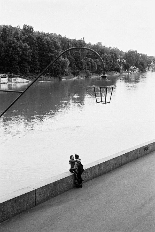 Harbel Photography, The Twos - Young Love. Young Love on the bank. Vera Fotografia