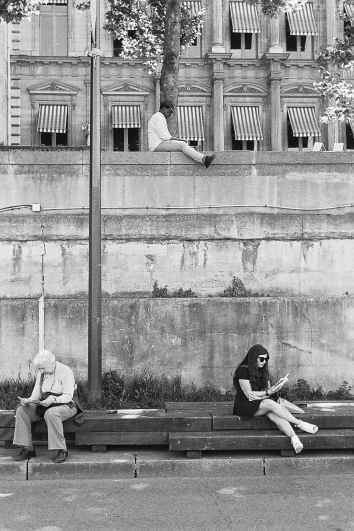 Harbel Photography, The Many - Readers. Reading by the Seine. Vera Fotografia