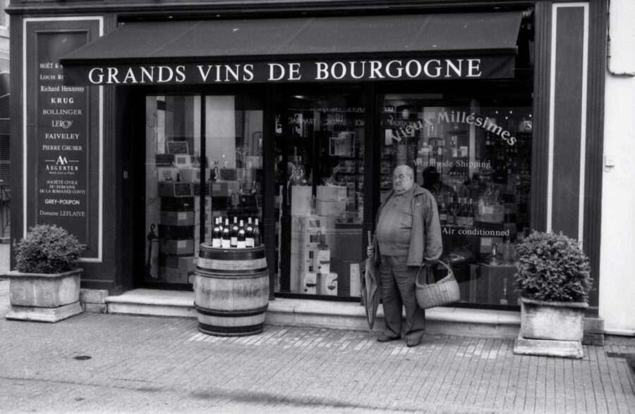 Harbel Photography, The Ones - the oenophile. The Oenophile and his favorite shop. Vera Fotografia